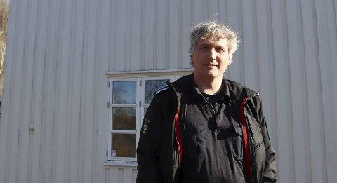 Brenner det ned: Vakthavende brannsjef Anders Lindland karlsen forteller at brannmannskapene skal trene ved å brenne ned to av tre bygninger på Lillegården.