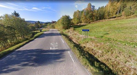 Det er dette skiltet, som i dag markerer starten på Utskarpen på fylkesvei 810 i retning fra Mo i Rana, som privatpersonen nå vil flytte nærmere Mo i Rana.
