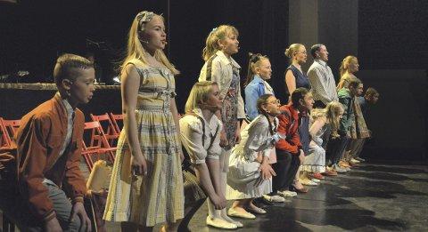 Skikkelige saker: Ungdommene i 10, klasse synger her «Musikk Tel Arbe». Forestillingen Skikkelige saker basert på musikk fra Vazelina Bilopphøggers ble levert på beste måte av blant annet elever fra Ringsaker Operaskole.