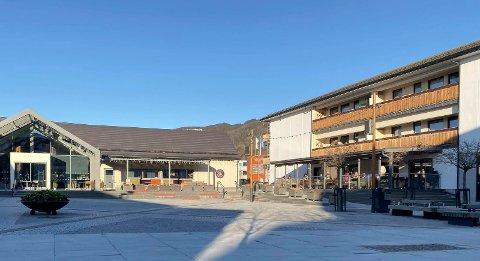 SOL: Det var sol på Torget i Brumunddal lørdag, hvor flere hadde tatt turen til uteserveringen.