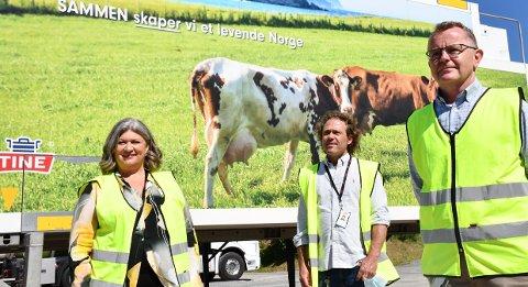 FLERE FOLK: Tine i Brumunddal forventer en enorm økning i antall liter melk som kommer inn og ansetter flere. Ordfører Anita Ihle Steen lot seg imponere. Her sammen mer hovedtillitsvalgt Trond Einar Pettersen (midten) og meierisjef Lars Tore Ramsberg.