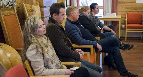 Folk fra Utstranda møtte opp til formannskapsmøtet, og gikk skuffet ut. Anne Gry Ruud nærmest, Maria Holtane Berge lengst til høyre.