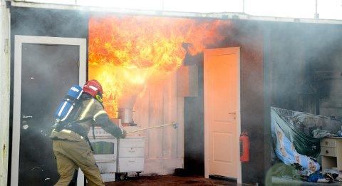 Brannvesenet på Jevnaker skal ha øvelse, og brenner ned to hus lørdag. Her fra en demonstrasjon av brann i en smultgryte.
