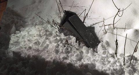 VRAK: Slik så strømboksen ut etter snømåking i Petterstuveien nyttårsaften. Det resulterte i to strømløse timer for to husstander. Foto: Privat