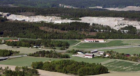 NY ARENA: I dette området ved pukkverket i Skjeberg ønsker Steinar Haakenstad i Sammen For Sarpsborg å bygge et arenaområdet for både fotball og ishockey. Foto: Jarl M. Andersen
