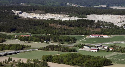 VIL HA NY ARENA HIT: I dette området ønsker Steinar Haakenstad og SaFoSA å etablere et stort areanområde. Frank Vigart Thunse Eriksen synes det er en dårlig idé.