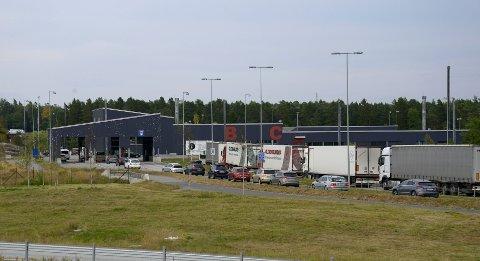 Tall fra Statens Vegvesen viser at det normalt passerer omtrent 11 000 kjøretøy over 5,6 meter på Svinesund hver uke. Utenlandske sjåfører av vogntog trenger ikke å teste seg for korona.