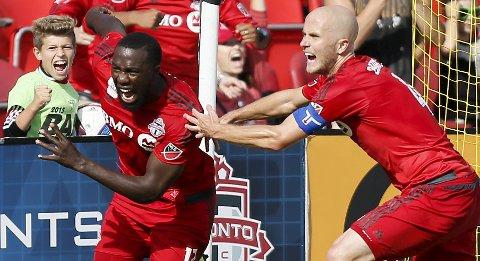 Toronto FCs Michael Bradley jubler sammen med Jozy Altidore etter sistnevntes scoring mot Chicago. I natt mangler Toronto sine to beste angriepre.