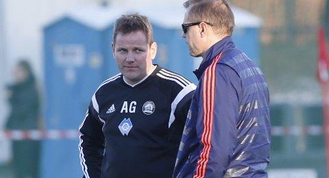 Lokomotiv-trener  Arthur Bakke Garnes (t.v.) i samtale med VIF-trener Kjetil Rekdal. i forbindelse med cupkampen tidligere i år.