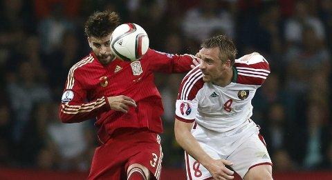 Vår tipper tror at Spania og Gerard Pique (t.v.) får revansj mot Slovakia i lørdagens EM-kvalik. I bortekampen tapte spanjolene 1-2.