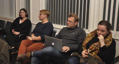 Ventet spent: Harald Aase og Kaja Svenneby (i midten) representerte foreldrene på Vestgård skole. De ventet spent på behandlingen av økonomiplanen i kommunestyret. Politikerne Eirin Solberg (Sp) og Anne- Beate Larsen (H) ses også på bildet.
