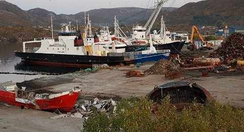 OPPHOGGING: Høgsfjord-ferja «Frafjord» på plass i Stoksund på Fosen i Trøndelag, der Fosen Gjenvinning AS driver med skipsopphogging. (Foto: Agnar Nilsen)