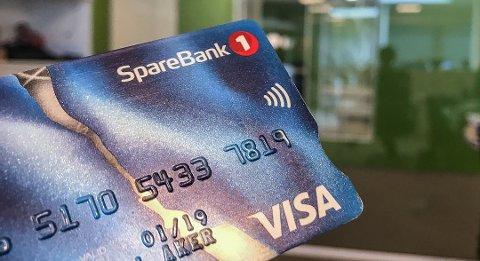 WIFI-SYMBOL: Har du dette symbolet som ligner på WiFI-symbolet på kortet ditt, er det klart til å bruke kontaktløs betaling. Foto: Sindre N. Aker