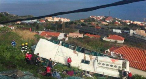 Dødstallet har steget til 29 etter at en buss kjørte av veien og veltet ned en bratt skråning på Madeira onsdag