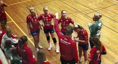 Vant igjen: Trener Amund Gjeitnes gir sine instruksjoner til spillerne i Idrettshallen.