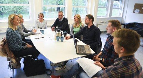 FELLESMØTE:  – Det er mange som har aksjer i Kristoffer, sier mamma Kathrine Ebbesen Rør (fra høyre). Her er hun i møte med teamet på autismeenheten og noen av de gode hjelperne: undervisningsinspektør med ansvar for spesialundervisningen, Synne Anholt, assistent Elisabeth Søfteland, rektor Steinar Strand Jensen, assistent Beate Halvorsen Berggreen, vernepleier og veileder fra senter for forebygging, Fredrik Holmene, faglig leder og vernepleier Kjetil Hennum Andersen og assistent Theodor Jahnsen.