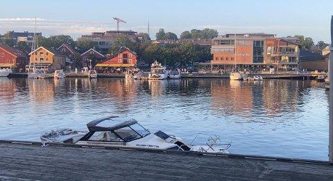 GIKK I BRYGGA: Båten ligger nå rett ved gangbroa.