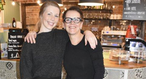 Mor og datter eier kafe sammen i Arendal: Silje Larsen (til venstre) og Tone Larsen Brekke har drevet forretningen sammen i et halvt år. Foto: Anne Dehli