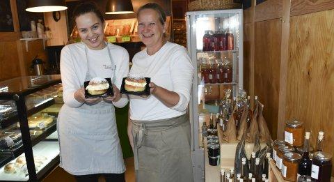 Smakfullt: Oda Løvdal Gunleiksen og May Zwilgmeyer prøvesmaker fastelavnsboller med krem og vaniljekrem, med og uten syltetøy. Foto: Anne Dehli