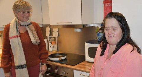 Lager gjerne taco sammen: Anette Andreassen og lillsøsterTone Andreassen har god kontakt og kan både tulle og krangle litt. Foto: Anne Dehli
