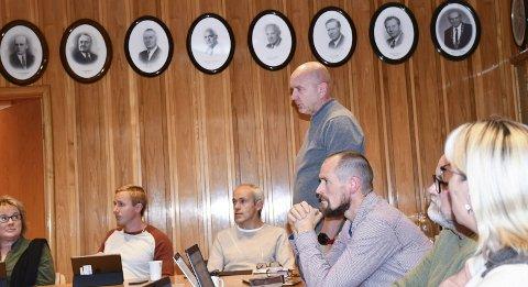 Samstemte: Samtlige lokalpolitikere stemte for å utsette saken om Vegårshei bygdetun. Årsaken var ordfører Kjetil Torps habilitet. Inge Lines (H) tok ordet i møtet. Foto: A.D.
