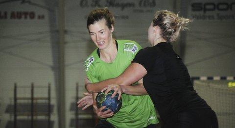 Angrep og Forsvar: Iris Rysholt Christensen trener her angrep, mens Tonje Bjelbøle prøver å stoppe henne.