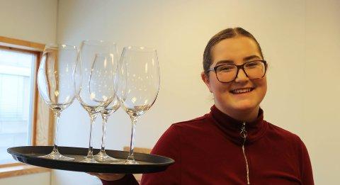 NORGESMESTER: Emily Høgseth Asphaug fra Son, som tar servitørutdannelse ved Vestby videregående skole, kan kalle seg Norges beste servitørlærling.