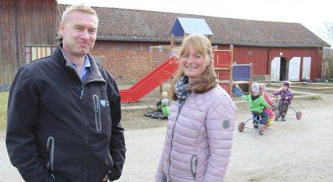 Stolte: Eiendomsforvalter Carl Erik Slettebø, og styrer i Bilitt barnehage, Tone Andersen, forteller at ungene storkoser seg med de nye lekeapparatene.Begge foto: Ole Jonny Johansen