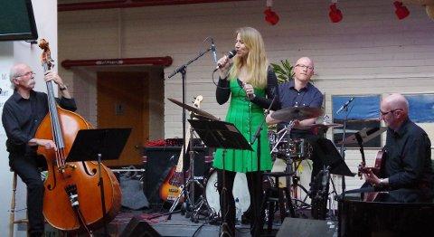 JAZZPROSJEKT: Åsmund Snortheim fra Glåmos spiller bass, May-Britt Mitrovic fra Vingelen synger, Håvard Dahl og Stein Ødegård fra Røros spiller henholdsvis trommer og gitar.