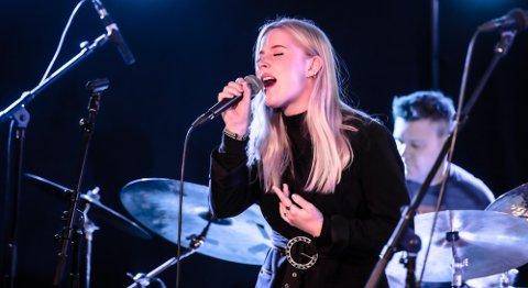 STEMMEPRAKT: Mathea Nicolaisen fra Vinterbro imponerte med sin stemme sammen med Jazzetaten på Ås Jazzfestival.