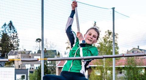 REKORD: Mari Kvarberg Henriksen (14) trener med stav minst én gang i uken på Ås stadion, da under kyndig ledelse av mangekjemper og trener Simen Sebastian Hansen.