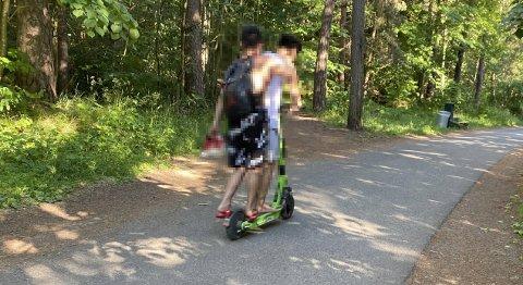 IKKE LOV: Det er ikke tillat å kjøre mer enn én person på en elsparkesykkel. Onsdag kveld ga oslopolitiet sitt første gebyr for overtredelsen. Foto: Stig Kolstad