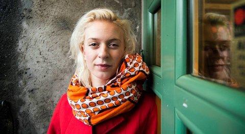 Thea Hjelmeland frå Førde er blant artistane som står på scena i kveld når Utkantfestivalen går av stabelen for tiande år på rad. Foto: Rune Johansen, BA