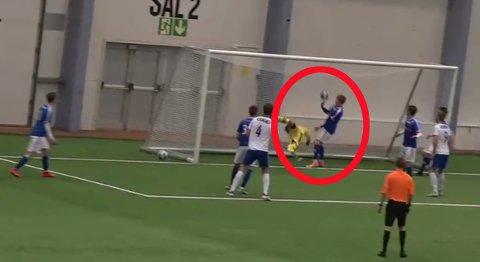 Her slår Oskar Uteng ballen ut fra mål. Men dommer Martin Berg (i oransje) dømmer verken hands, straffe eller rødt kort.