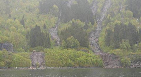 Det har gått to ras, og cirka 200 meter av E16 er avstengt.