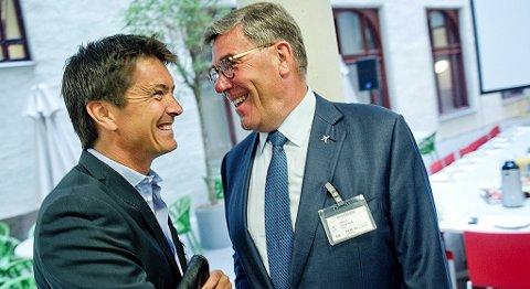 Stein Erik Hagens (til høyre) nye matvarebutikk på nett vil ta opp kampen om søndagskundene. Her er Orkla-lederen i samtale med Rema 1000-sjef Ole Robert Reitan. FOTO: JON OLAV NESVOLD, NTB SCANPIX