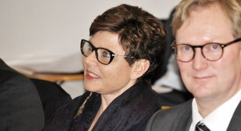 Fylkesordfører Anne Gine Hestetun mener regjeringen handler for sakte for å motvirke den økende arbeidsledigheten i oljesektoren på Vestlandet. Nå tar fylkeskommunen og Bergen kommune et felles initiativ til å snakke med rammede bedrifter. Byrådsleder Harald Schjelderup til høyre. FOTO: SVEIN TORE HAVRE