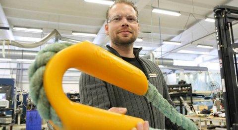 Frode Lindvik har fått positive tilbakemeldingar på rørkausa som er utvikla ved Strukturplast på Sandane. Rørkauser blir brukt som vernedeksel for trosser mellom anna på båtar, kaier og i oppdrettsanlegg. FOTO: SVEIN HEGGHEIM