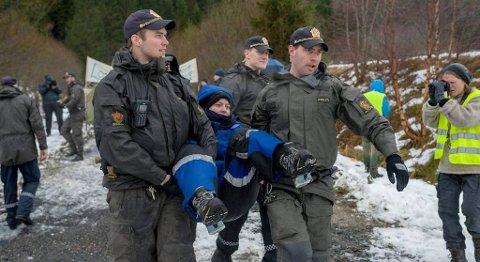 Her blir Natur og Ungdom-leder Ingrid Skjoldvær tatt med av politiet. – Dette er bare starten, sier hun til Firda. FOTO: BENT ARE IVERSEN, FIRDA