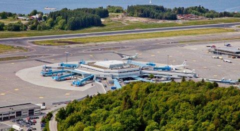 Flyplassen på Flesland vil ha over 8 millioner reisende om 15 år. Ti år deretter vil det måtte stå klar en rullebane nummer to her, skriver Avinor i NTP-grunnlaget. ARKIVFOTO: VIDAR LANGELAND