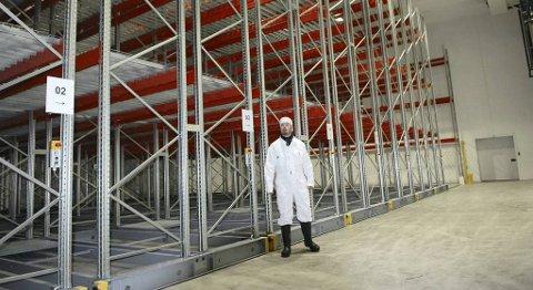 En stolt daglig leder Eldar Arne Henden viser fram det nye fryse- og pakkelageret som vil gi bedre logistikk og økt fleksibilitet i produksjonen. – Bare dette har kostet 25 millioner, men det vil styrke bedriften ytterligere, sier Henden.