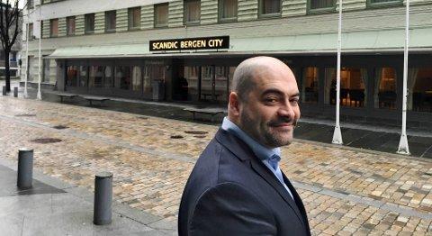 En spent Mathias Mansoori, direktør ved Scandic Bergen City, tror på fortsatt vekst i kurs- og konferansetrafikken i Bergen. FOTO: SVEIN TORE HAVRE