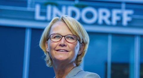 Administrerende direktør Anette Willumsen i Lindorff forklarer samlingen av driftsfunksjonene i selskapet med markedsendringer, teknologisk utvikling og kostnadskutt. 28 stillinger blir borte fra Bergen som følge av endringene. FOTO: LINDORFF