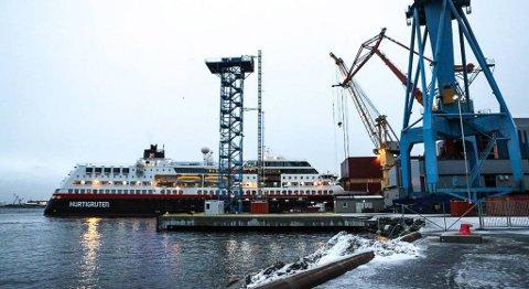 MS «Midnatsol» gikk i dokk i Florø fredag morgon. Måndag skal arbeidet vere ferdig. FOTO: DAG NESBØ FRØYEN, FIRDAPOSTEN