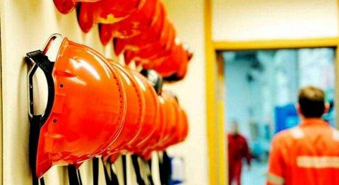Det blir stadig flere ledige hjelmer i norsk industri. Flere fagforeningstopper mener at regjeringen bidrar til å brutalisere arbeidslivet ved å svekke velferdsordninger. FOTO: NTB SCANPIX