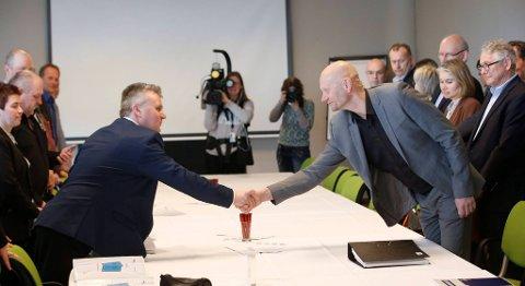 Avstanden var stor allerede da Fellesforbundets  Jørn Eggum (til venstre) og Stein Lier Hansen i Norsk Industri møttes 8. mars. Nå er forhandlingene brutt og frontfagoppgjøret går til mekling. FOTO: TERJE BENDIKSBY, NTB SCANPIX