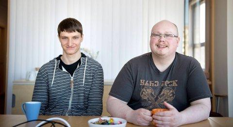 Martin Hindenes (til venstre) og Jørgen Gundersen har begge aspergers og har begge utdannet seg ved A2G. Nå tilbringer de arbeidsdagene på bedriften Itslearning på Danmarks plass, og stortrives med det. FOTO: SKJALG EKELAND