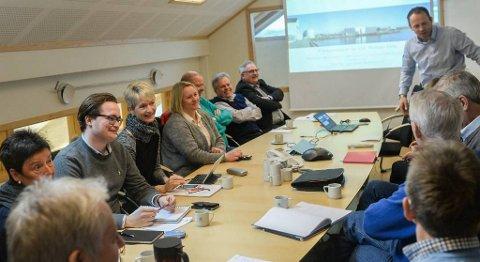 Regional- og næringsutvalget i Møre og Romsdal fylkeskommune vil gi et presset næringsliv støtte til omstilling. Her er utvalget i møte hos GC Rieber i Kristiansund tidligere denne uken.