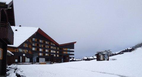 I området rundt Myrkdalen Hotell og Myrkdalsstovo er det planlagt en omfattende utbygging av et landsbysentrum. Et av de kommende byggene er Torggarden, med næringsarealer i første etasje og leiligheter over disse. – Vi la ut 21 leiligheter rett før påske, og vi har allerede fått åtte kjøpsbekreftelser, sier eiendomssjef Nils Akselberg i Voss Fjellandsby. Han sier at de ser for seg mellom 20 og 25 slike bygg, og at mange av leilighetene vil ha en størrelse på rundt 50–55 kvadratmeter. FOTO: VOSS FJELLANDSBY