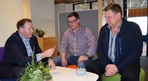 Patrik Randefall (i midten) og Karl Morten Engesæth i selskapet Cosono mener de får mye igjen av å høre til i et gründerfellesskap. Til venstre daglig leder Børge Brundtland i Industriutvikling Vest. FOTO: SVEIN TORE HAVRE